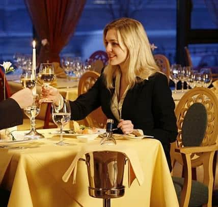 Dialog Percakapan Bahasa Inggris Saat Memesan Makanan di Restoran dan Artinya